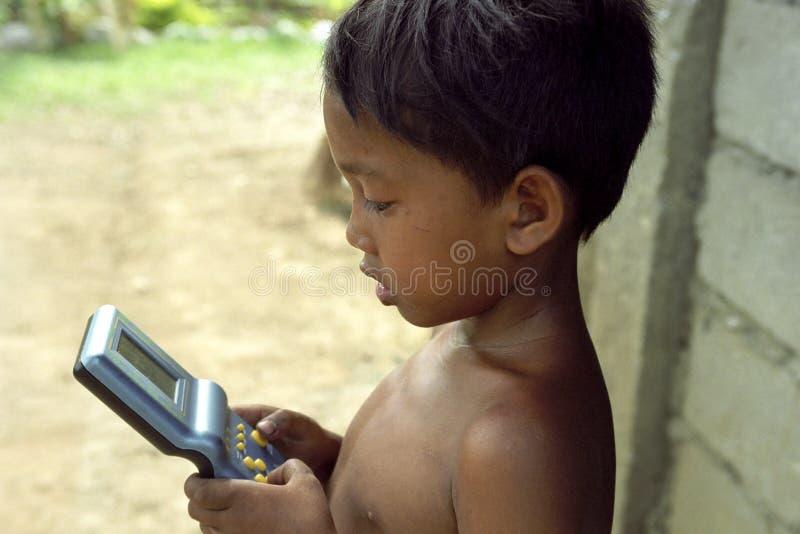 Πορτρέτο του των Φηληππίνων παιχνιδιού παιδιών με gameboy στοκ εικόνα με δικαίωμα ελεύθερης χρήσης