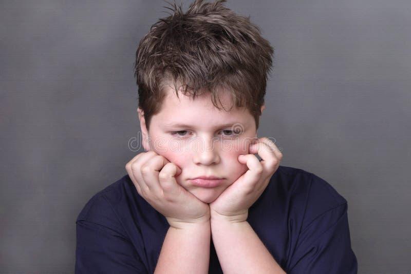Πορτρέτο του λυπημένου κουρασμένου αγοριού στοκ φωτογραφίες με δικαίωμα ελεύθερης χρήσης