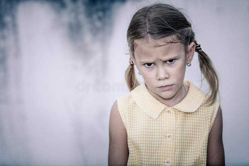 Πορτρέτο του λυπημένου μικρού κοριτσιού στοκ εικόνες