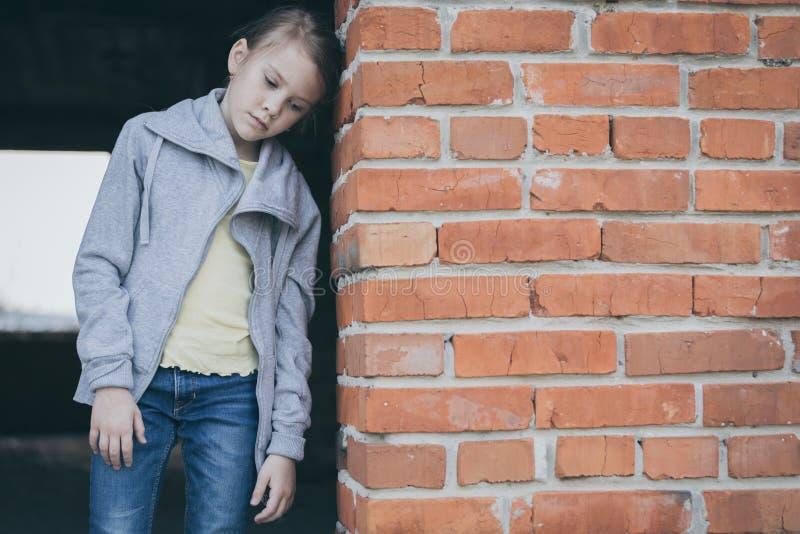 Πορτρέτο του λυπημένου μικρού κοριτσιού στοκ εικόνες με δικαίωμα ελεύθερης χρήσης