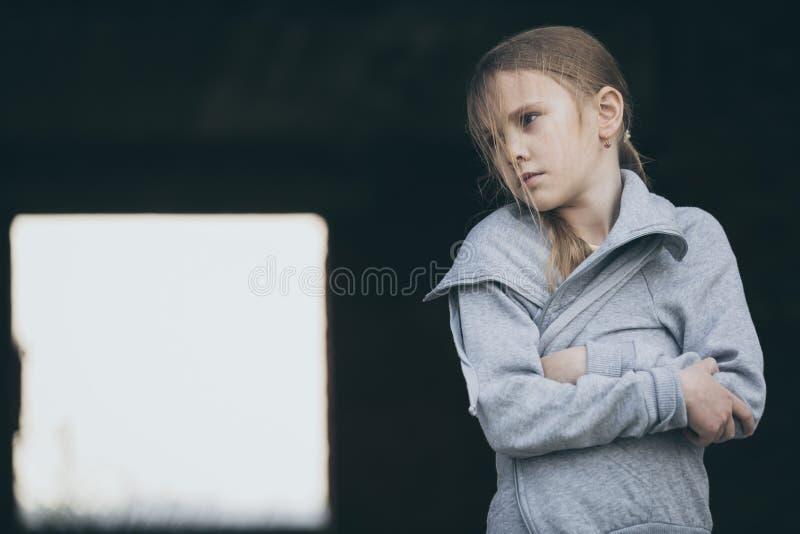 Πορτρέτο του λυπημένου μικρού κοριτσιού στοκ φωτογραφίες με δικαίωμα ελεύθερης χρήσης