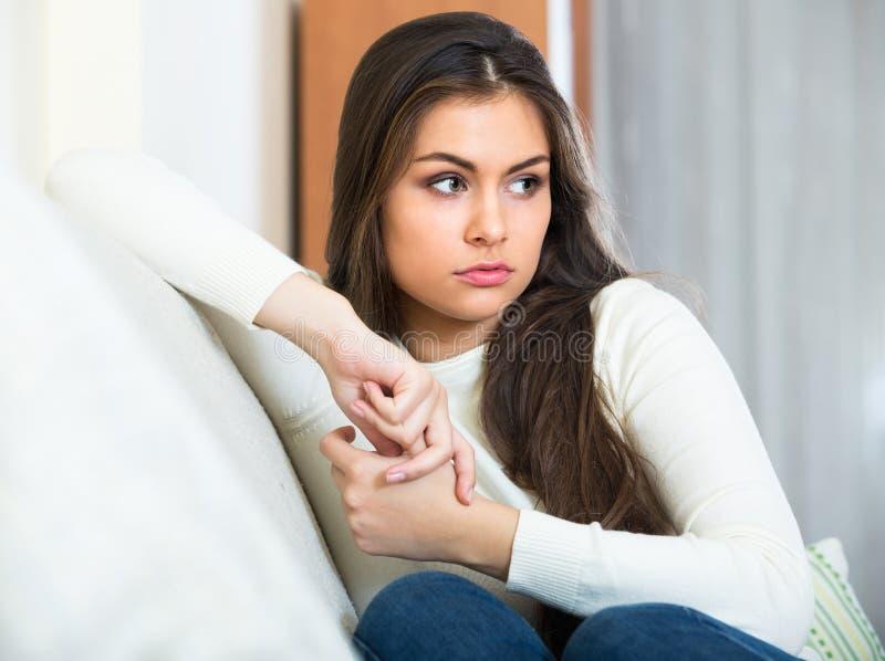 Πορτρέτο του λυπημένου νέου brunette στο σπίτι στοκ εικόνες