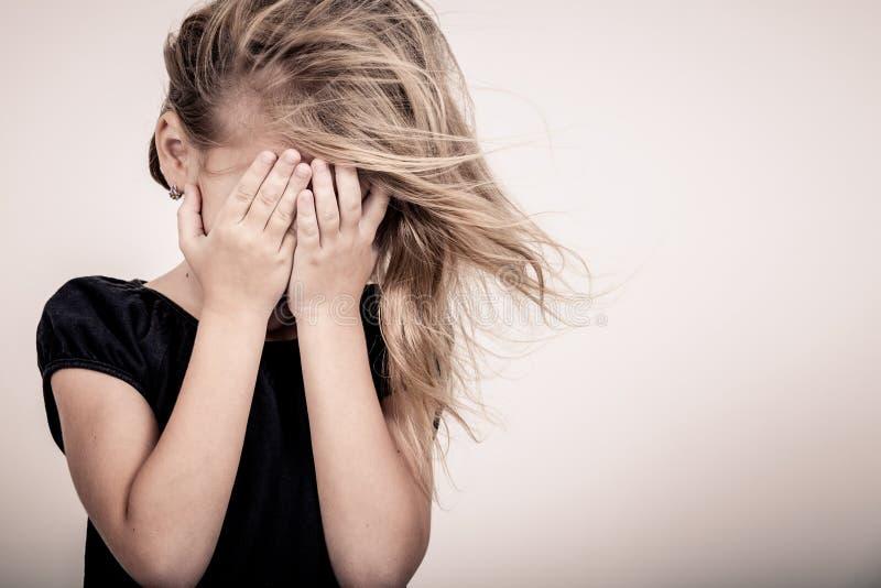 Πορτρέτο του λυπημένου ξανθού μικρού κοριτσιού στοκ εικόνα