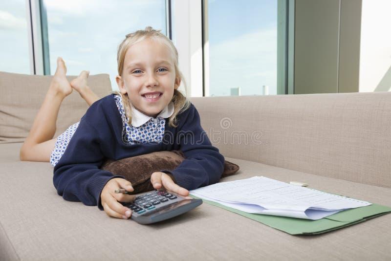 Πορτρέτο του υπολογιστή εκμετάλλευσης μικρών κοριτσιών στον καναπέ στοκ φωτογραφία με δικαίωμα ελεύθερης χρήσης