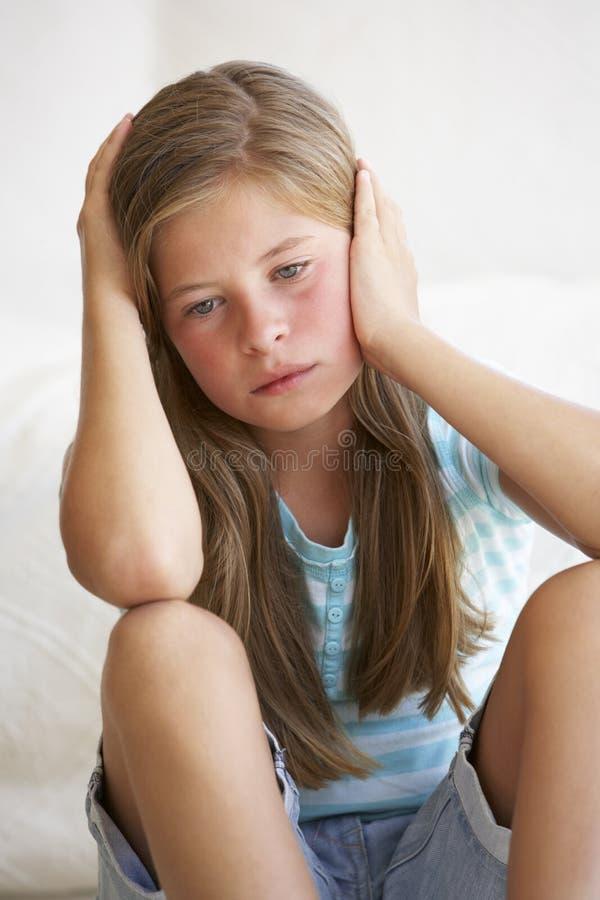Πορτρέτο του δυστυχισμένου νέου κοριτσιού στο σπίτι στοκ εικόνες με δικαίωμα ελεύθερης χρήσης