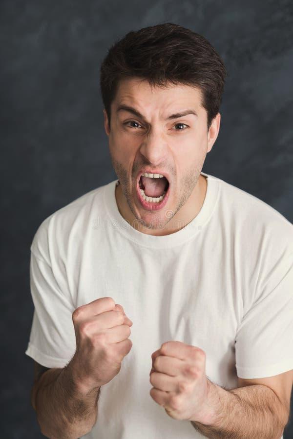 Πορτρέτο του υ φωνάζοντας ατόμου στοκ φωτογραφία