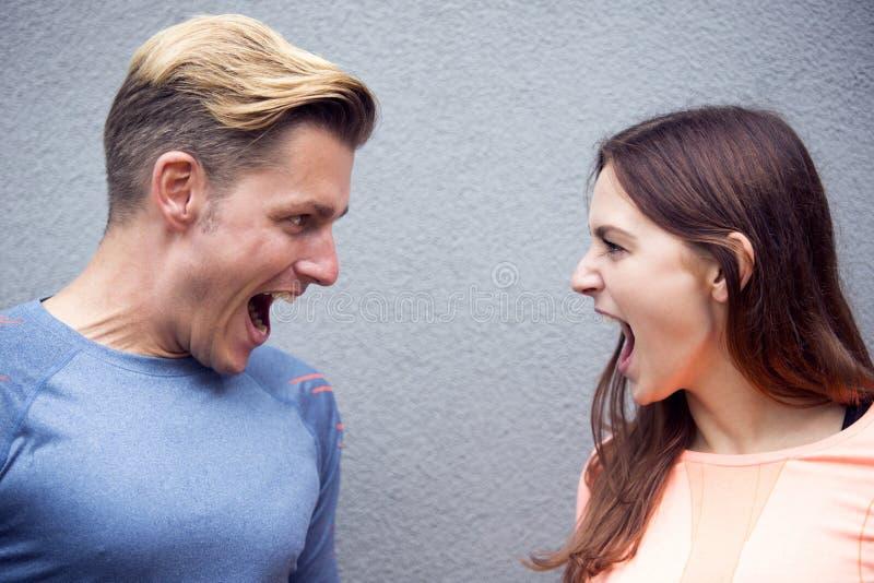Πορτρέτο του φίλαθλου ζεύγους που κραυγάζει το ένα στο άλλο στοκ φωτογραφία με δικαίωμα ελεύθερης χρήσης