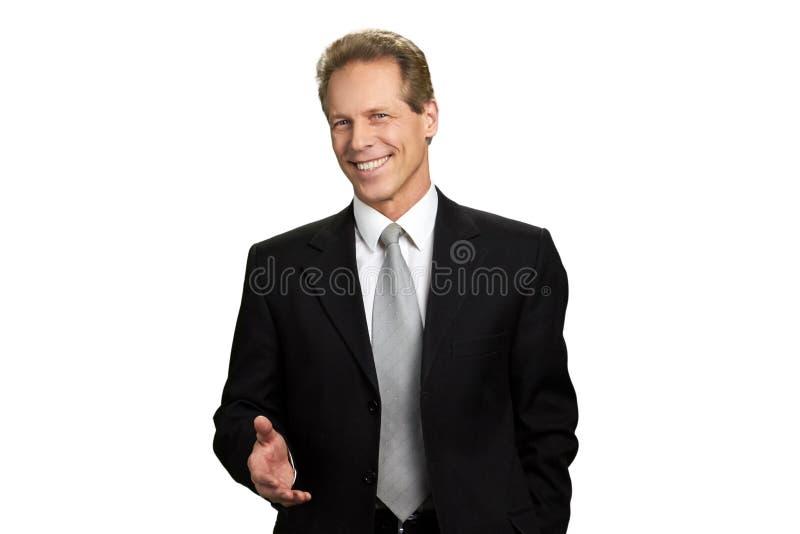 Πορτρέτο του φιλικού επιχειρηματία με το βραχίονα έξω στοκ φωτογραφία με δικαίωμα ελεύθερης χρήσης
