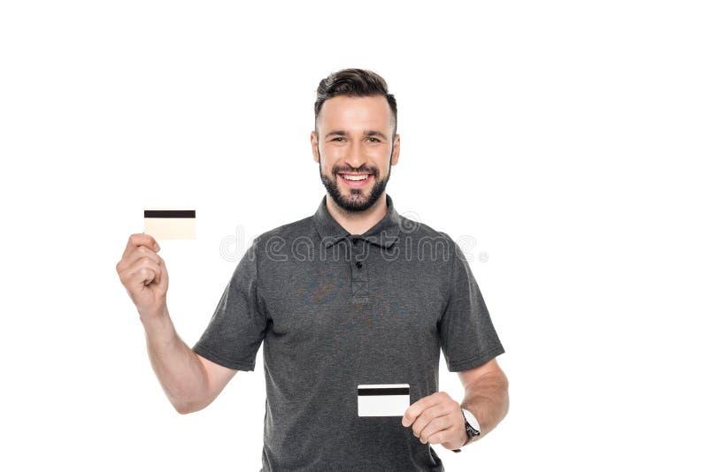 πορτρέτο του χαμογελώντας ατόμου που παρουσιάζει πιστωτικές κάρτες στα χέρια στοκ φωτογραφία με δικαίωμα ελεύθερης χρήσης