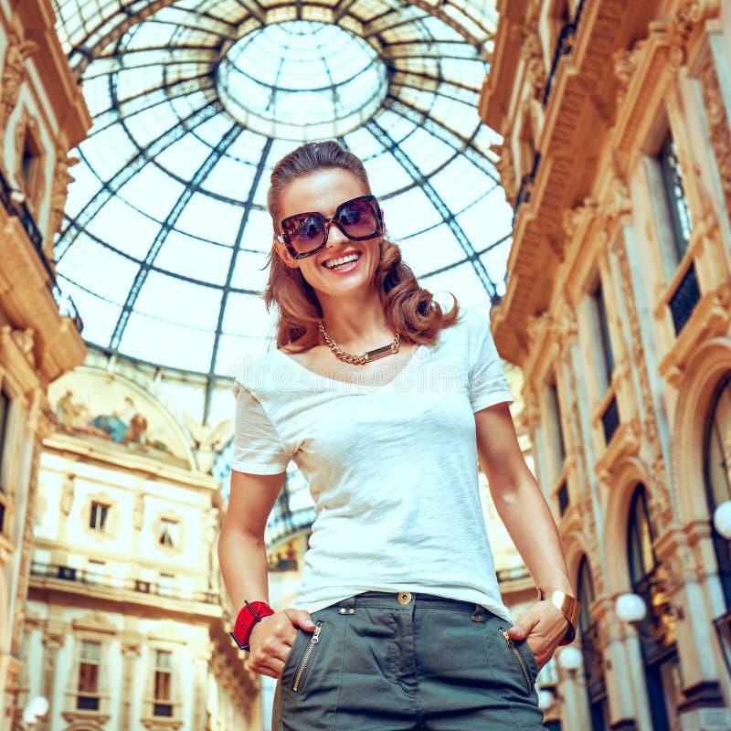 Πορτρέτο του χαμογελώντας εμπόρου μόδας σε Galleria στοκ φωτογραφία με δικαίωμα ελεύθερης χρήσης