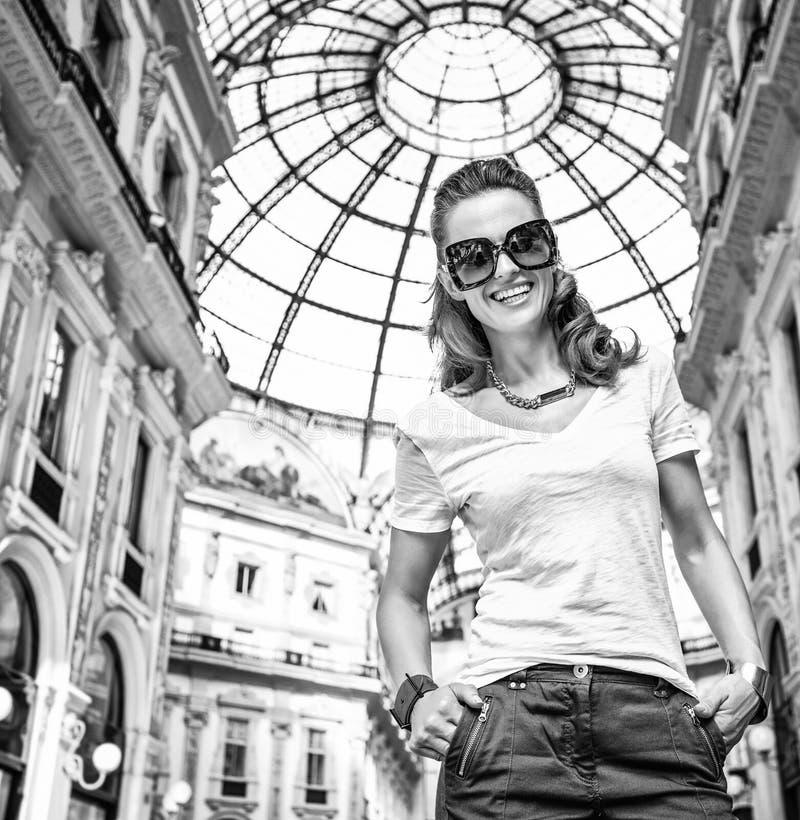 Πορτρέτο του χαμογελώντας εμπόρου μόδας σε Galleria στοκ εικόνες