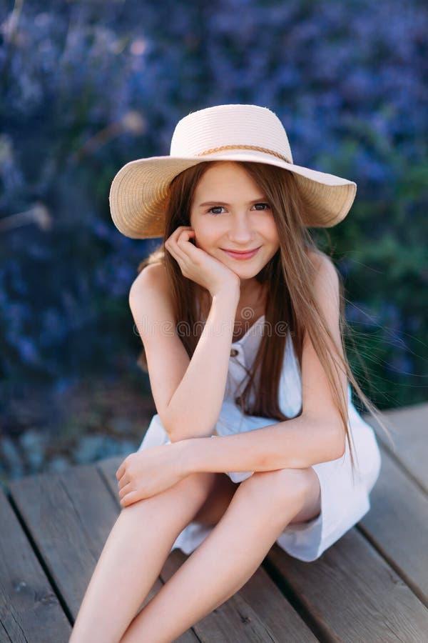 Πορτρέτο του χαμογελώντας μικρού κοριτσιού lavender στον κήπο στοκ εικόνα