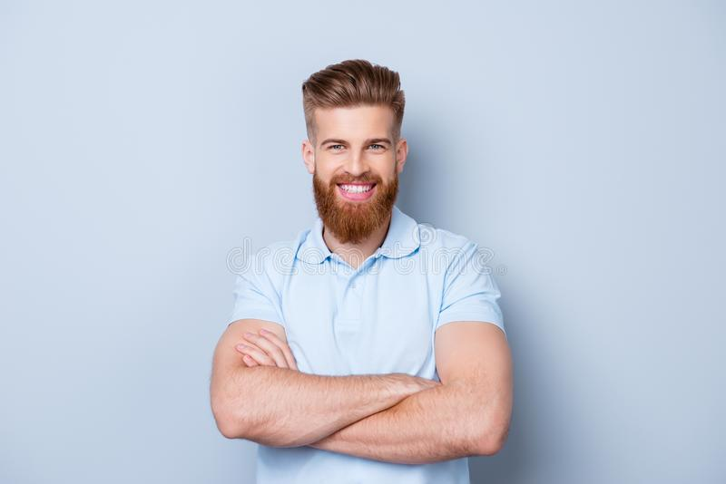 Πορτρέτο του χαμογελώντας νέου ευτυχούς γενειοφόρου ατόμου στο πόλο που απομονώνεται επάνω στοκ φωτογραφία με δικαίωμα ελεύθερης χρήσης