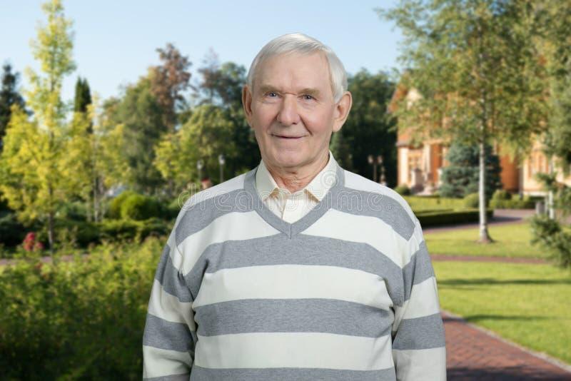 Πορτρέτο του χαμογελώντας παππού υπαίθριο στοκ εικόνα με δικαίωμα ελεύθερης χρήσης
