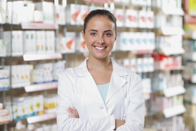Πορτρέτο του χαμογελώντας φαρμακοποιού γυναικών στο φαρμακείο στοκ εικόνα