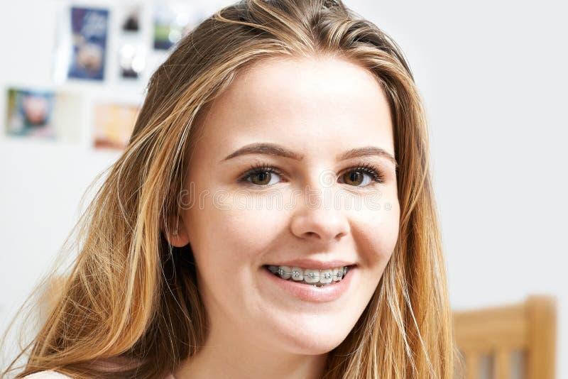 Πορτρέτο του χαμογελώντας έφηβη που φορά τα οδοντικά στηρίγματα στοκ φωτογραφία