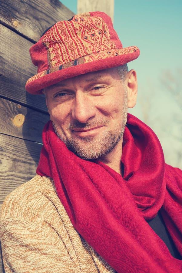 Πορτρέτο του χαμογελώντας ατόμου σε ένα αστείο καπέλο στοκ φωτογραφίες με δικαίωμα ελεύθερης χρήσης