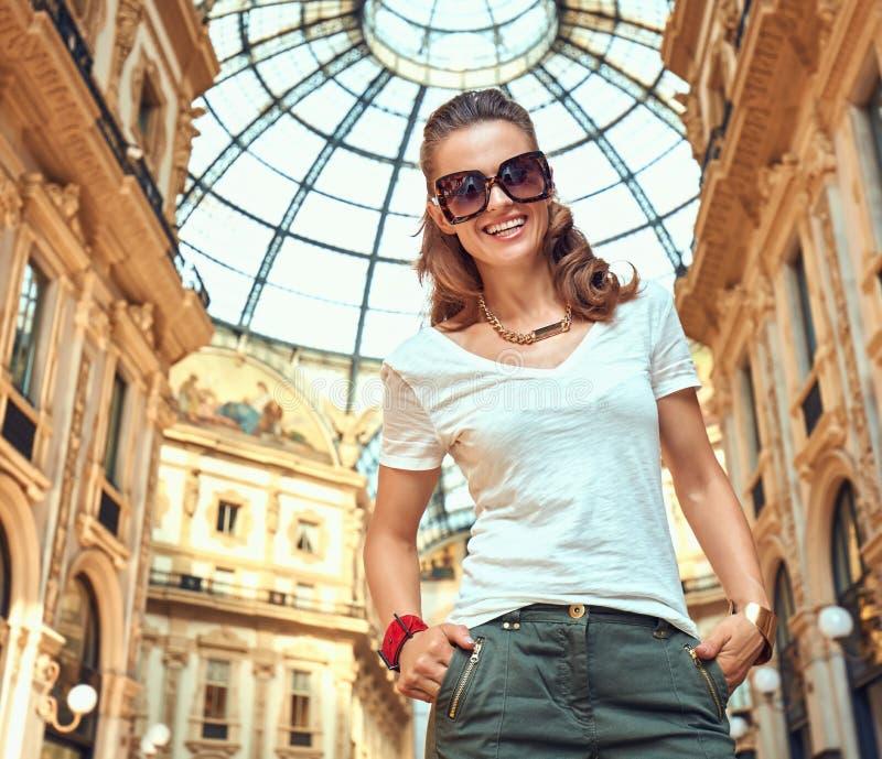 Πορτρέτο του χαμογελώντας εμπόρου μόδας σε Galleria στοκ εικόνα με δικαίωμα ελεύθερης χρήσης