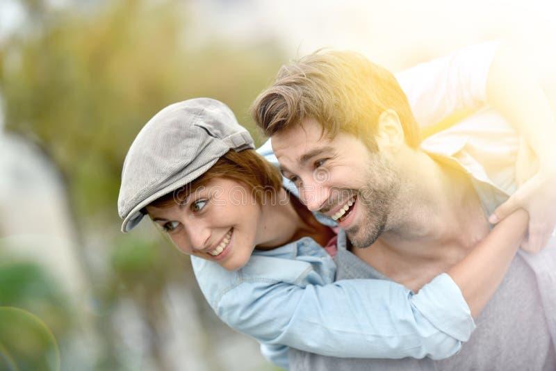 Πορτρέτο του χαμογελώντας ζεύγους που απολαμβάνει από κοινού στοκ φωτογραφίες