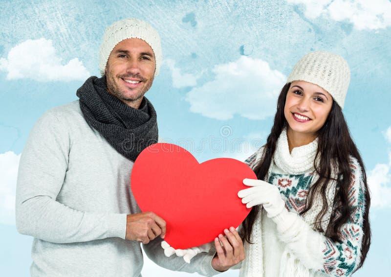 Πορτρέτο του χαμογελώντας ζεύγους που κρατά τις κόκκινες καρδιές στοκ φωτογραφία