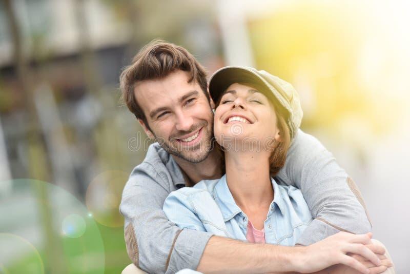 Πορτρέτο του χαμογελώντας καθιερώνοντος τη μόδα ζεύγους υπαίθρια στοκ φωτογραφίες με δικαίωμα ελεύθερης χρήσης