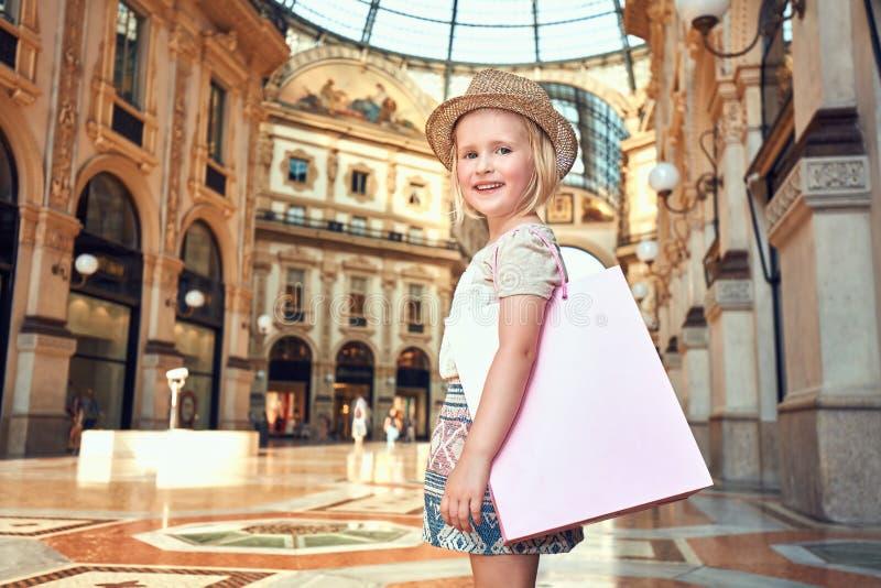 Πορτρέτο του χαμογελώντας κοριτσιού μόδας με την τσάντα αγορών σε Galleria στοκ εικόνες με δικαίωμα ελεύθερης χρήσης