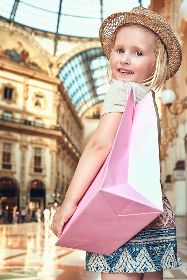Πορτρέτο του χαμογελώντας κοριτσιού μόδας με την τσάντα αγορών σε Galleria στοκ φωτογραφίες με δικαίωμα ελεύθερης χρήσης