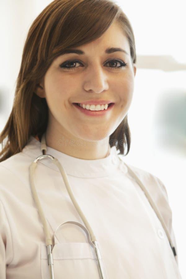 Πορτρέτο του χαμογελώντας νέου θηλυκού γιατρού σε ένα νοσοκομείο στοκ φωτογραφίες