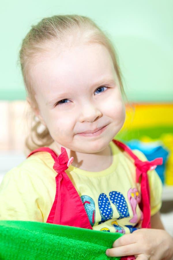 Πορτρέτο του χαμογελώντας νέου ξανθού προσχολικού κοριτσιού στοκ εικόνες