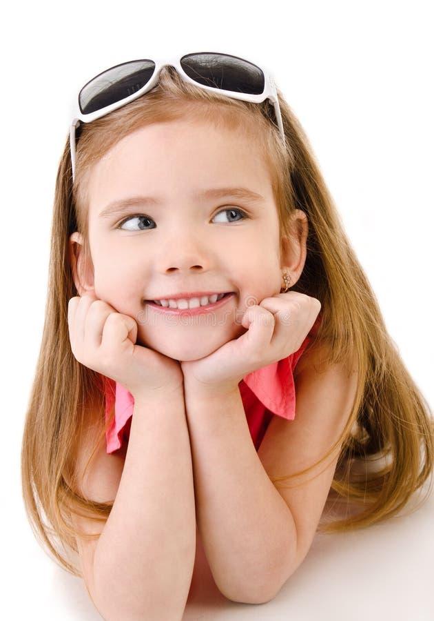 Πορτρέτο του χαμογελώντας χαριτωμένου μικρού κοριτσιού που απομονώνεται στοκ φωτογραφία
