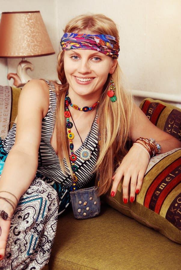 Πορτρέτο του χαμογελώντας hipster κοριτσιού στοκ φωτογραφία με δικαίωμα ελεύθερης χρήσης