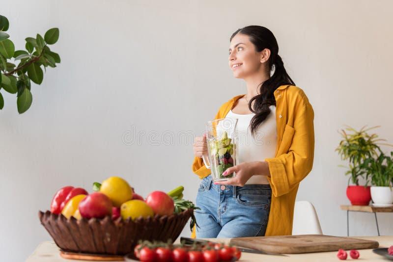πορτρέτο του χαμόγελου του βάζου γυαλιού εκμετάλλευσης γυναικών με τα φρέσκα τρόφιμα για το ποτό detox στοκ φωτογραφία με δικαίωμα ελεύθερης χρήσης