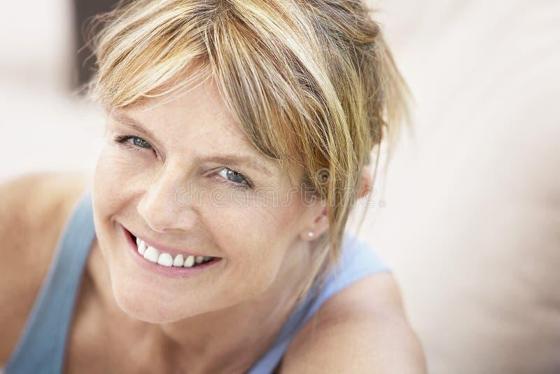 Πορτρέτο του χαμόγελου γυναικών στοκ εικόνες