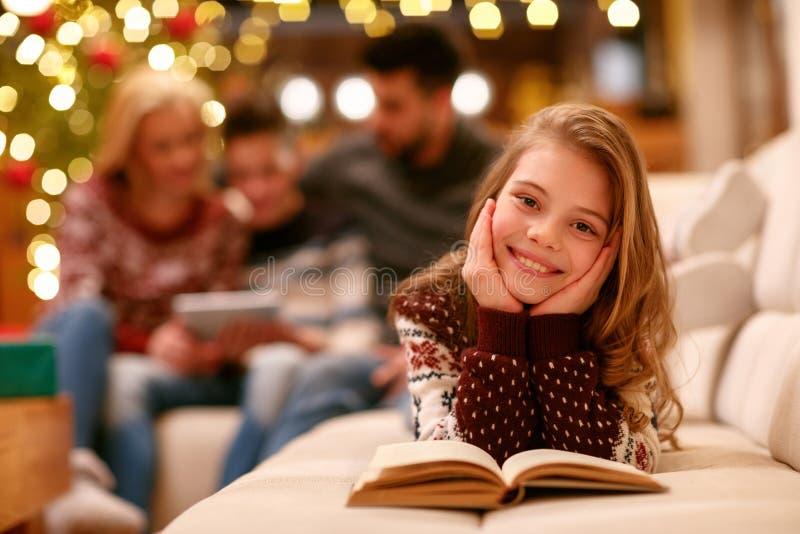 Πορτρέτο του χαριτωμένου βιβλίου ανάγνωσης κοριτσιών στοκ φωτογραφία