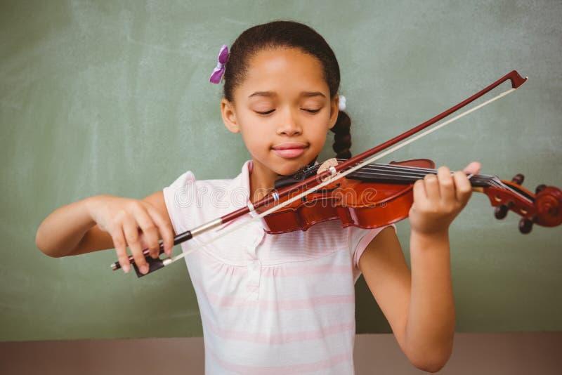 Πορτρέτο του χαριτωμένου βιολιού παιχνιδιού μικρών κοριτσιών στοκ φωτογραφίες με δικαίωμα ελεύθερης χρήσης