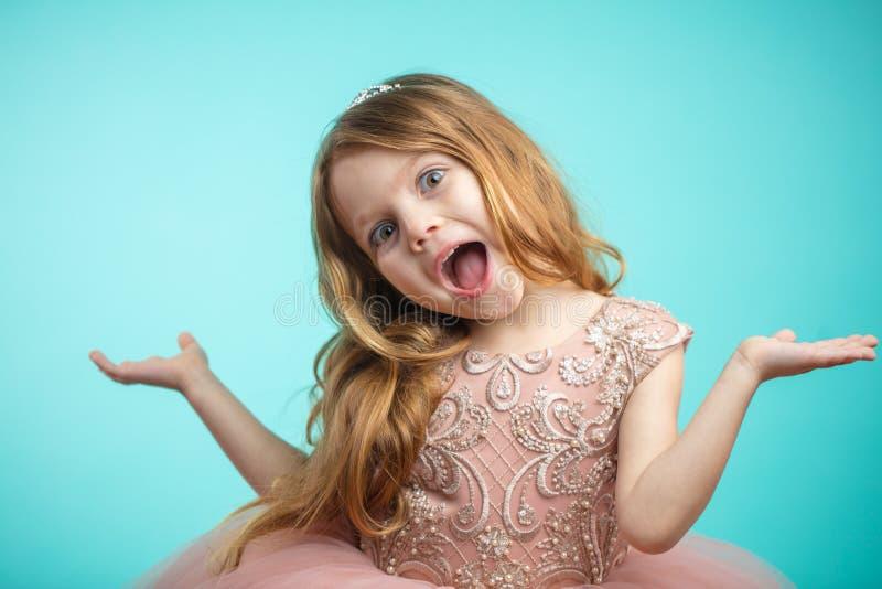 Πορτρέτο του χαριτωμένου ευτυχούς γοητευτικού μικρού κοριτσιού στο φόρεμα πριγκηπισσών στοκ εικόνες