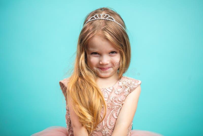 Πορτρέτο του χαριτωμένου ευτυχούς γοητευτικού μικρού κοριτσιού στο φόρεμα πριγκηπισσών στοκ φωτογραφίες
