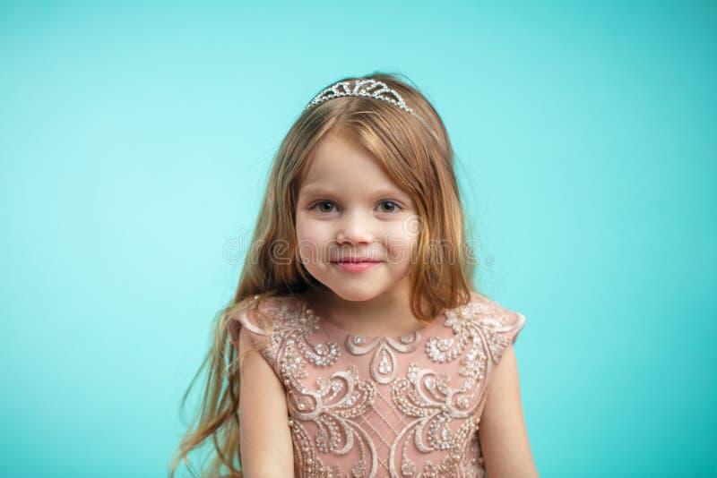 Πορτρέτο του χαριτωμένου ευτυχούς γοητευτικού μικρού κοριτσιού στο φόρεμα πριγκηπισσών στοκ εικόνα