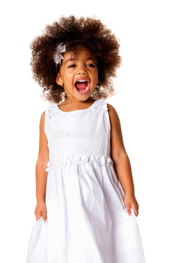 Πορτρέτο του χαριτωμένου εύθυμου μικρού κοριτσιού αφροαμερικάνων, που απομονώνεται στοκ εικόνες με δικαίωμα ελεύθερης χρήσης