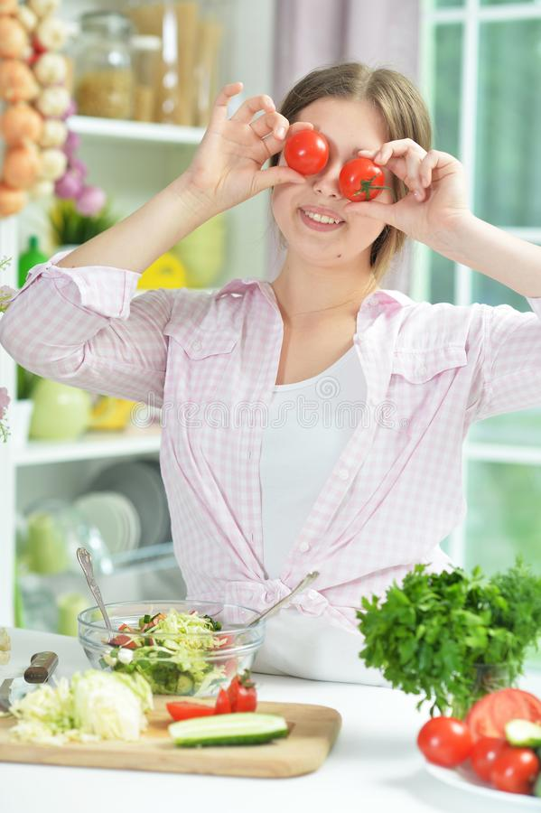 Πορτρέτο του χαριτωμένου κοριτσιού εφήβων που έχει τη διασκέδαση μαγειρεύοντας στοκ εικόνες