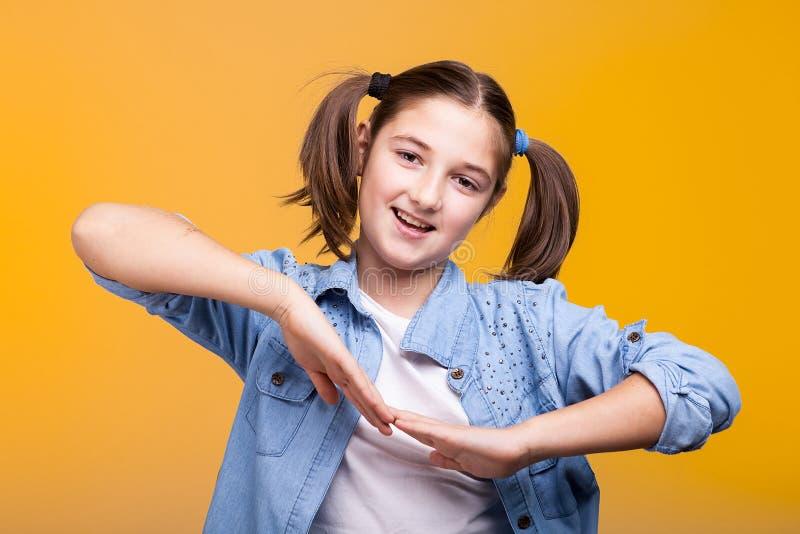 Πορτρέτο του χαριτωμένου κοριτσιού στο στούντιο στοκ εικόνα με δικαίωμα ελεύθερης χρήσης