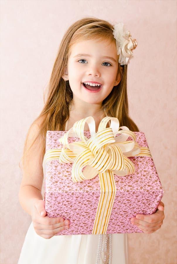 Πορτρέτο του χαριτωμένου μικρού κοριτσιού με το κιβώτιο δώρων στοκ εικόνες με δικαίωμα ελεύθερης χρήσης
