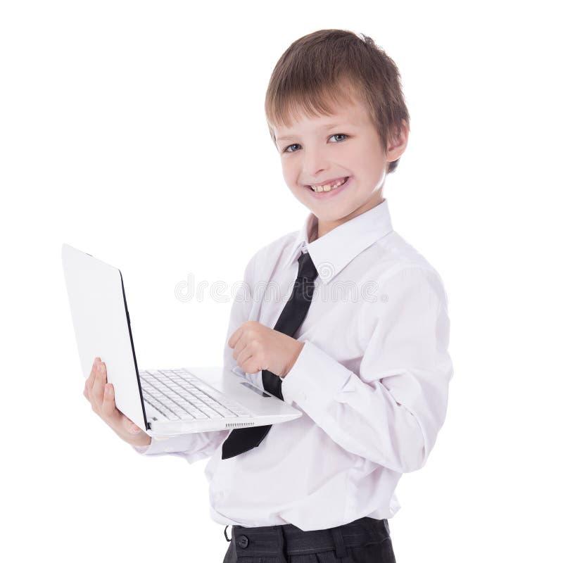 Πορτρέτο του χαριτωμένου μικρού παιδιού στο επιχειρησιακό κοστούμι που χρησιμοποιεί το lap-top isolat στοκ εικόνα