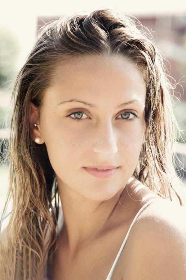 Πορτρέτο του χαριτωμένου ξανθού κοριτσιού με την υγρά τρίχα και τα μπλε μάτια στοκ φωτογραφίες