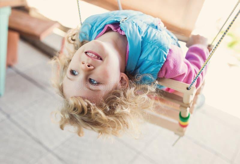 Πορτρέτο του χαριτωμένου ξανθού μικρού κοριτσιού στοκ εικόνες