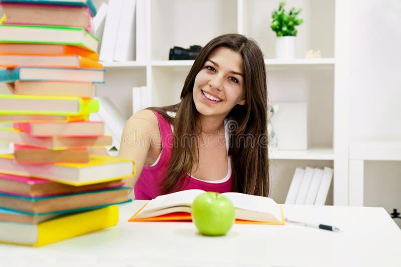 Πορτρέτο του χαριτωμένου σπουδαστή στοκ εικόνα με δικαίωμα ελεύθερης χρήσης
