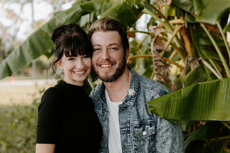 Πορτρέτο του χαριτωμένου σύγχρονου καυκάσιου όμορφου νέου ενήλικου φίλου τύπων δύο κυρία Girlfriend Couple Hugging και φίλημα ερω στοκ φωτογραφία με δικαίωμα ελεύθερης χρήσης