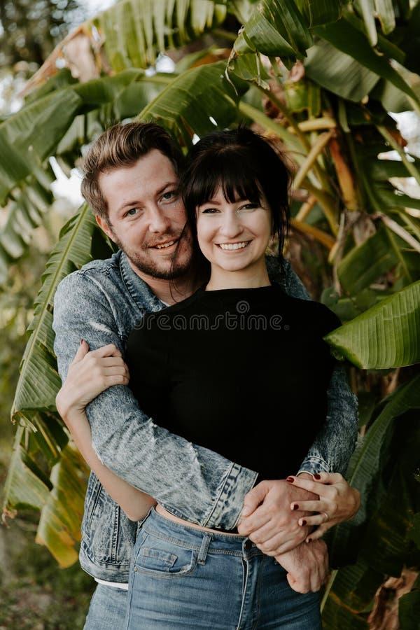 Πορτρέτο του χαριτωμένου σύγχρονου καυκάσιου όμορφου νέου ενήλικου φίλου τύπων δύο κυρία Girlfriend Couple Hugging και φίλημα ερω στοκ φωτογραφίες με δικαίωμα ελεύθερης χρήσης