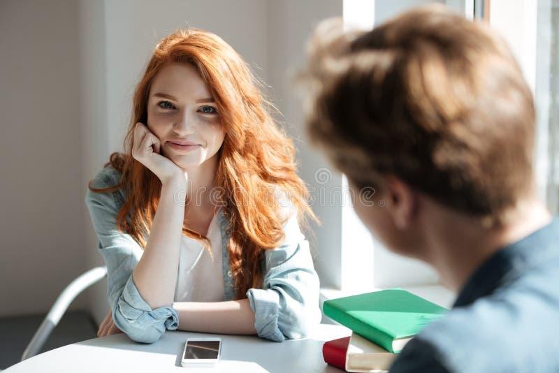 Πορτρέτο του χαριτωμένου redhead σπουδαστή στον καφέ στοκ φωτογραφία με δικαίωμα ελεύθερης χρήσης