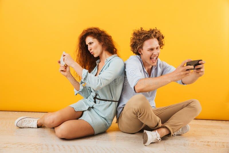 Πορτρέτο του χαρούμενου ικανοποιημένου sitti ζευγών ή ανδρών και γυναικών φίλων στοκ φωτογραφία